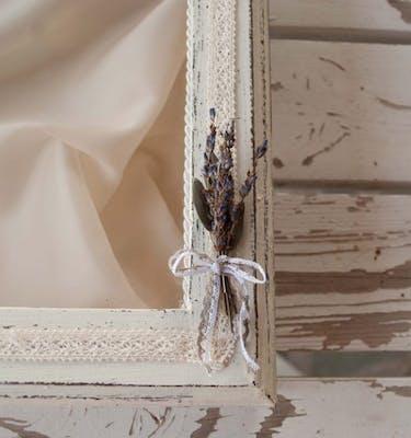 """11. Ξύλινη στεφανοθήκη """"λεβάντα"""", με διακόσμηση δαντέλας,αποξηραμένης λεβάντας και φύλλα πορσελάνης"""
